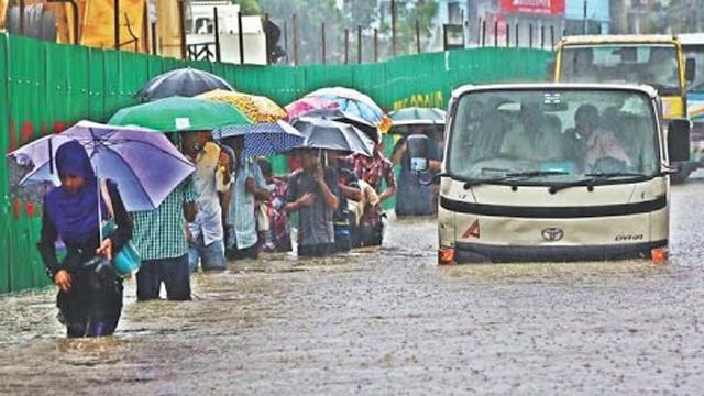 প্রবল বর্ষনে চরম দুর্ভোগে  রাজধানীবাসী